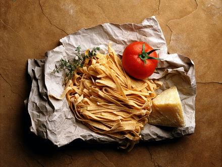 Обои Помидор, лапша и кусок засохшего сыра