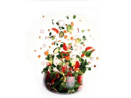Обои Свежий салат выпрыгивает из чашки