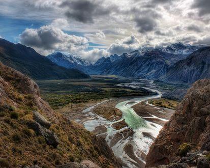 Обои Изгиб реки в ущелье гор