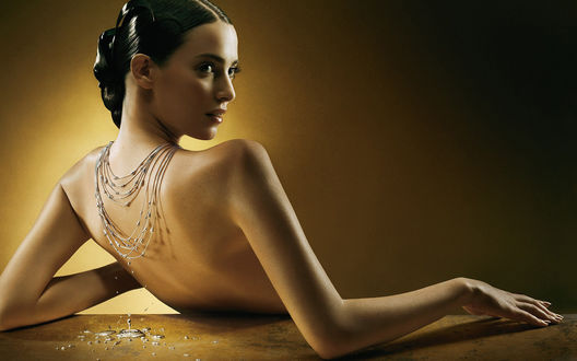 Обои У девушки течёт ожерелье