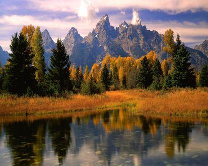 Обои Небольшое озеро у осеннего леса, рядом с горами
