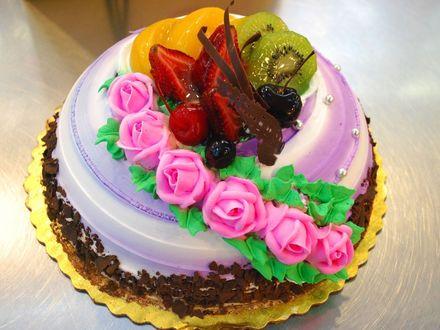 Обои Торт с кремовыми розовыми розами, киви и клубникой