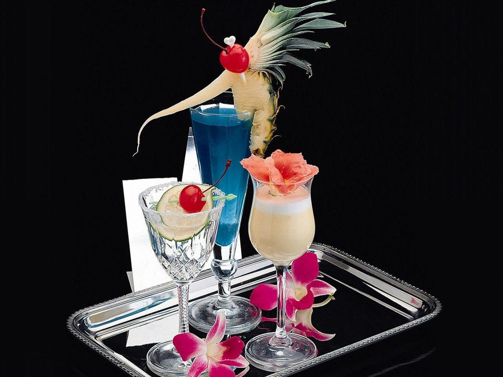 Обои для рабочего стола Коктейли, красиво украшенные долькой ананаса, лаймом и цветами