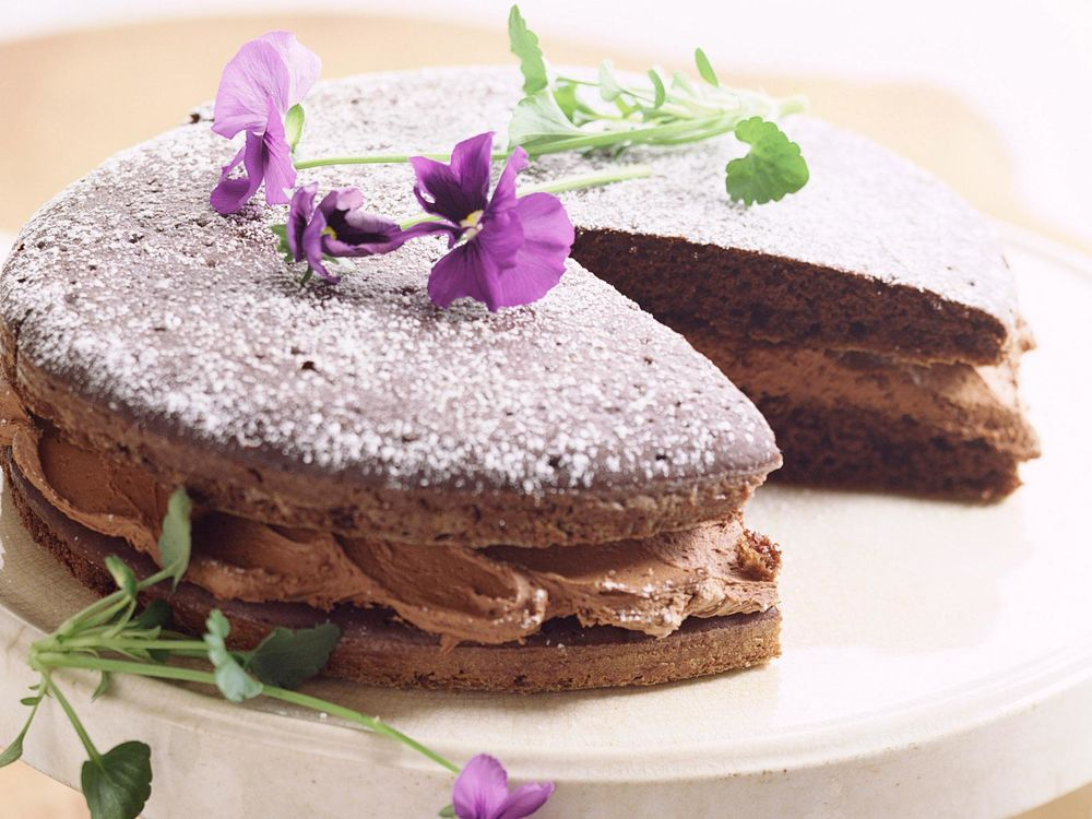 Обои для рабочего стола Шоколадный торт украшен фиалками