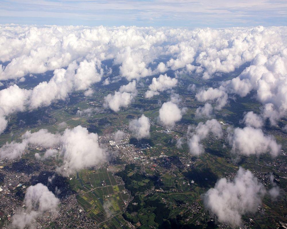 Обои Вид из илл�мина�о�а �амолё�а �квз� �едкие облака