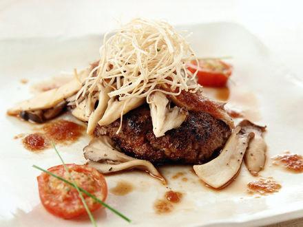 Обои Мясо с грибами и помидорами