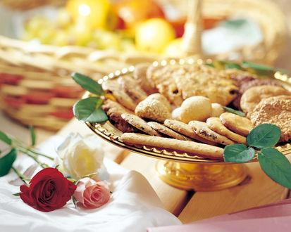 Обои Блюдо с печеньем и две розы
