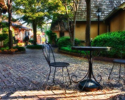Обои Железный стол и стул в парке