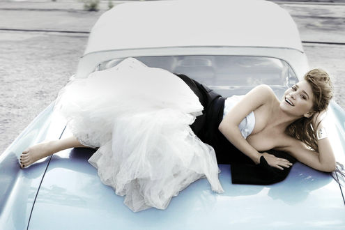 Обои Эшли Олсен в пышном платье лежит на ретро машине