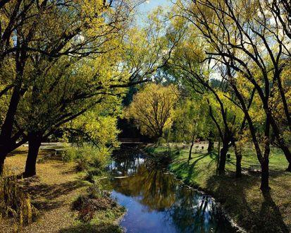 Обои Мостик через ручей в осеннем парке