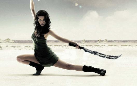 Обои Воинственная девушка с мечом в пустыне