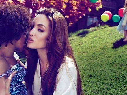 Обои Angelina Jolie / Анжелина Джоли с дочерью