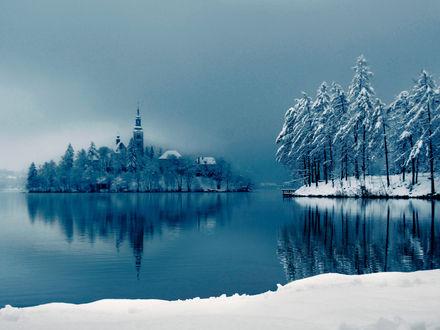 Обои Остров с колокольней в середине озера посреди заснеженного леса