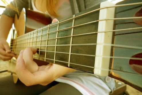 Обои Девушка играет на гитаре