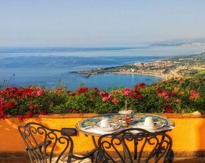 Обои Кофейный столик с видом на город у моря