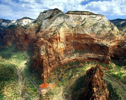 Обои Дорога через горное ущелье