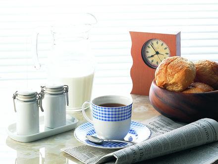 Обои Чашка чая, свежие булочки и утренняя газета