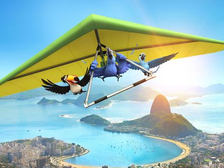 Обои Попугаи Голубчик / Blu,  Жемчужинка / Jewel и тукан Рафаель / Rafael из мультфильма Рио / Rio летят на дельтаплане над побережьем Рио-де-Жанейро/ Rio de Janeiro
