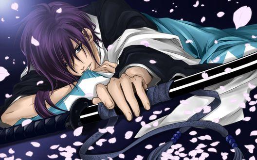 Обои Сайто Хаджимэ из аниме 'Сказание о демонах сакуры' / 'Hakuouki: Shinsengumi Kitan' с катаной в лепестках сакуры