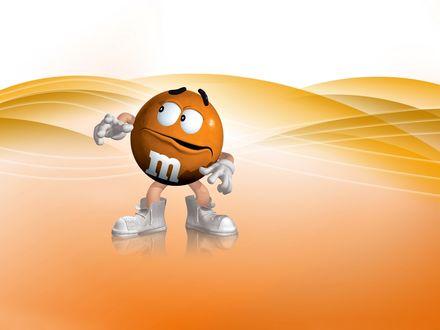 Обои Оранжевый m&m's странно оглядывается по сторонам