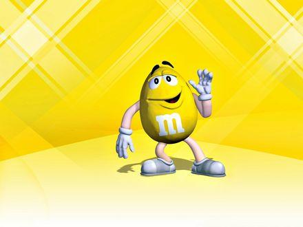 Обои Желтый m&m's приветственно машет рукой