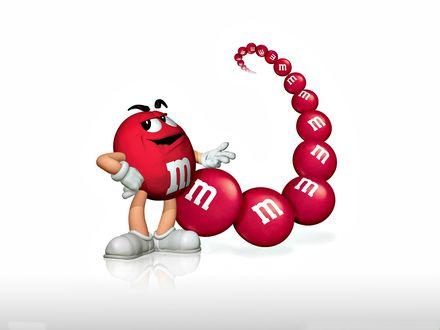 Обои Красный m&m's, за которым следует дорожка других таких m&m's(ов)