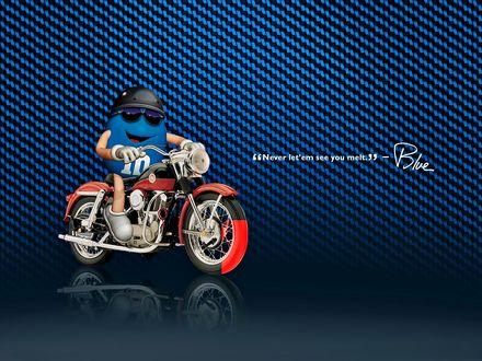 Обои Голубой m&m's в черном шлеме на красном мотоцикле ('Never let'em see you melt' - Blue)