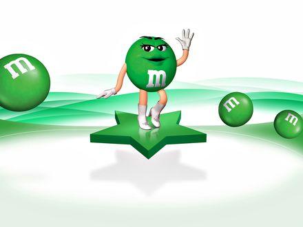 Обои Зеленая m&m's(ка) стоя на звезде улыбчиво махает рукой