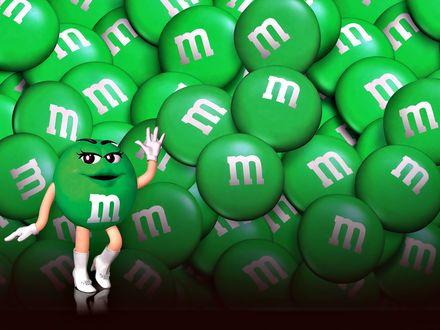 Обои Зеленая m&m's(ка) позирует на фоне других зеленых m&m's(ов)