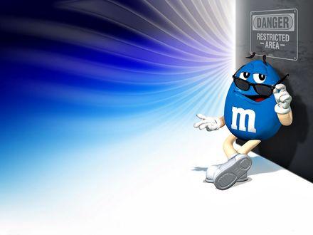 Обои Голубой m&m's упершись спиной в дверь (DANGER Restricted -Area-) смотрит из-под черных очков