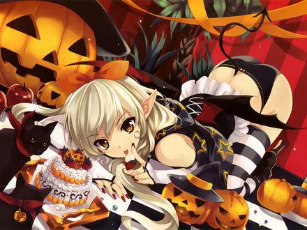 Обои Анимешая девушка-пикси в полосатых чулках среди тыкв в Хэллоуин лакомится тортиком с клубничкой