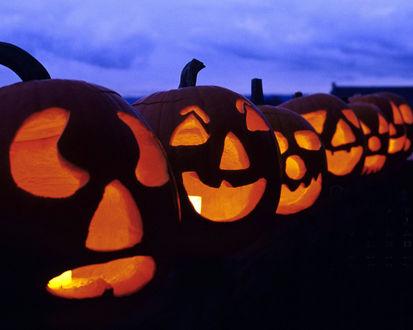 Обои Ряд светильников Джека на набережной в Хэллоуин / Haloween