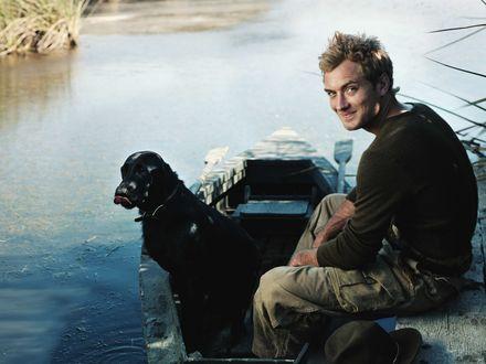 Обои Джуд Лоу / Jude Law в лодке с черным псом