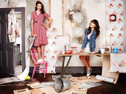 Обои Две девушки делают дома ремонт, а именно занимаются поклейкой обоев в цветочек