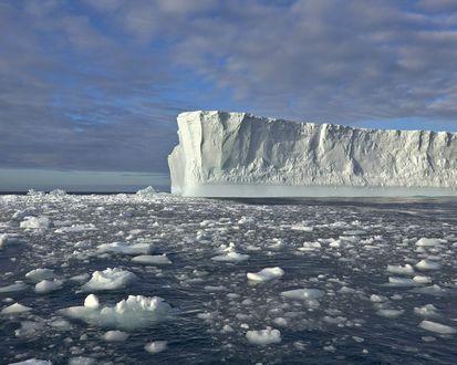 Обои Огромный айсберг в ледяном море