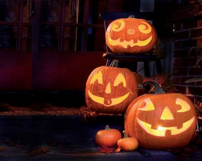 Обои Три позитивных светильника Джека на ступенях и на стуле в Хэллоуин / Haloween