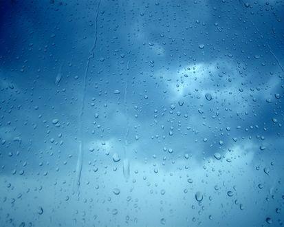 Обои Капли на стекле после дождя на фоне неба