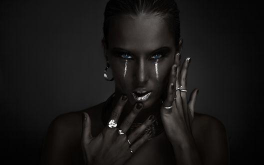 Обои Черно-белая девушка с серебристым макияжем и кольцами на пальцах