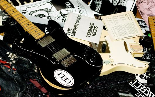Обои Сломанные электрогитары, фотографии и постеры (Celt, the undertones teenage kicks)