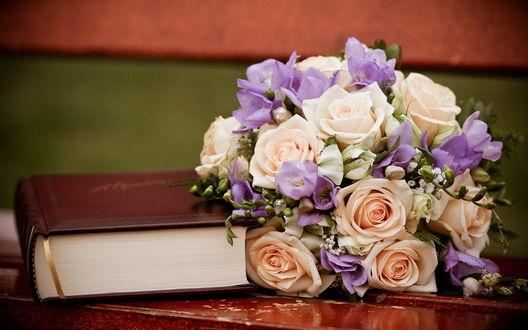 Обои Свадебный букет возле книги