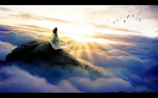 Обои Девушка на вершине высокой горы любуется восходом солнца и плывущими под ней облаками