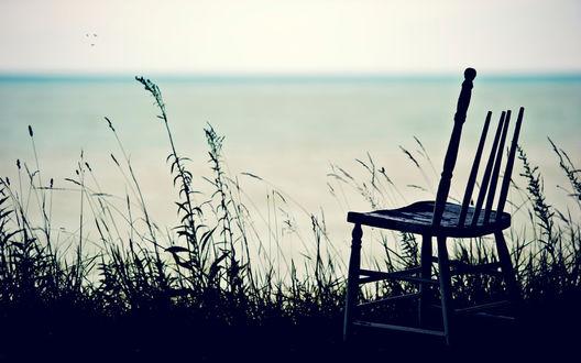 Обои На обрыве одиноко стоит стул