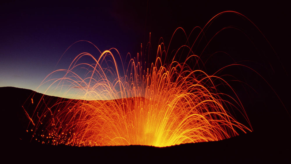 Обои для рабочего стола Вулкан, извергающий огненные струи лавы