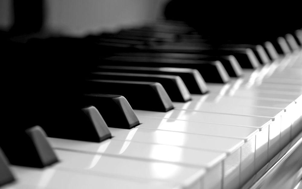 На клавиши пианино комп