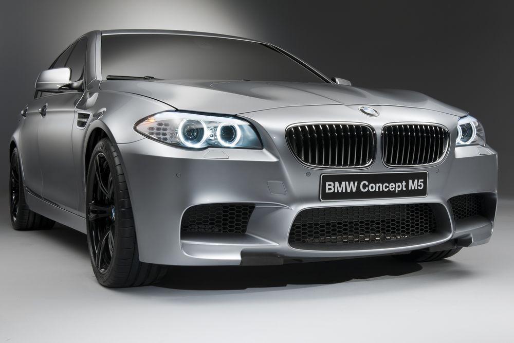 Обои для рабочего стола Серебристая BMW M5 Concept на сером фоне