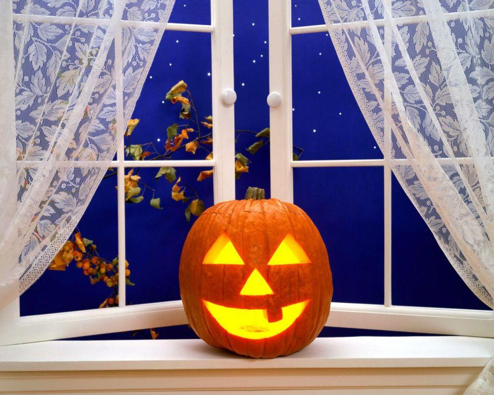 Обои для рабочего стола Светильник Джека на подоконникем в Хэллоуин / Haloween