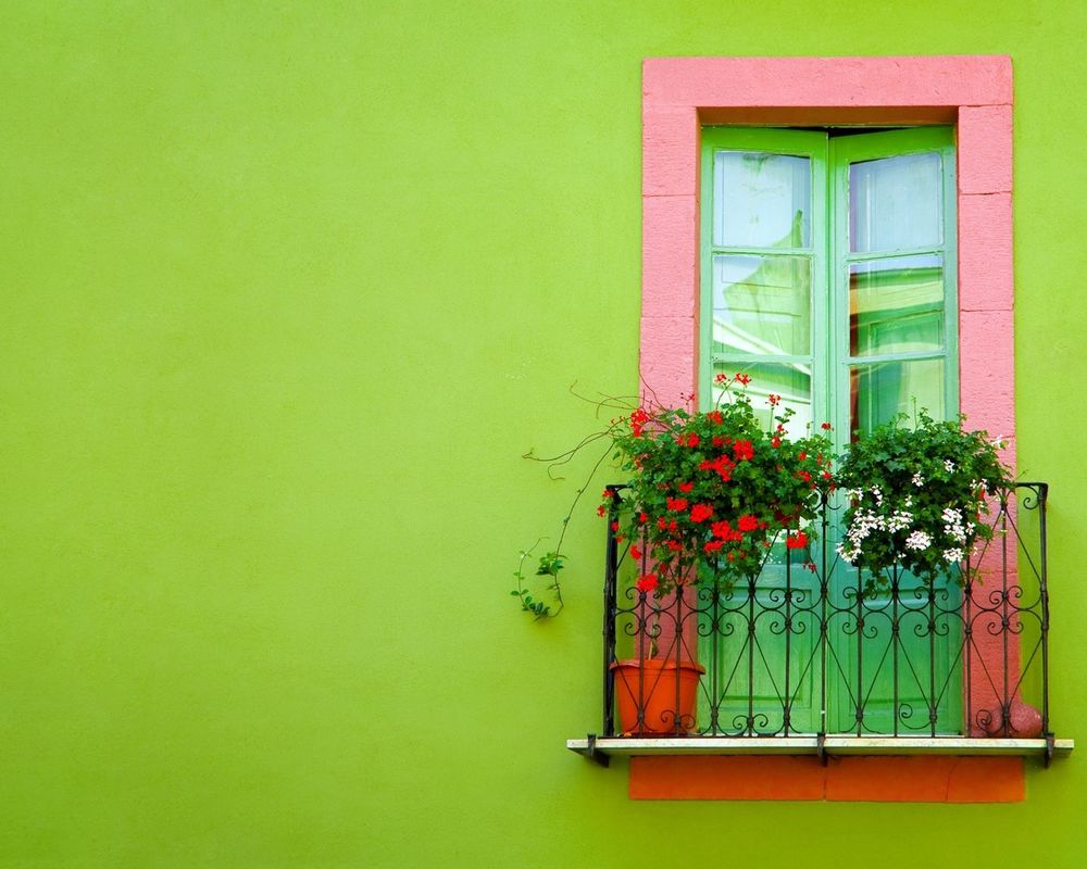 Обои для рабочего стола Маленький балкончик с цветами на зелёной стене