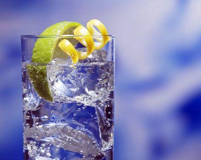 Обои Коктейль в стакане с кусочком лайма и цедрой лимона