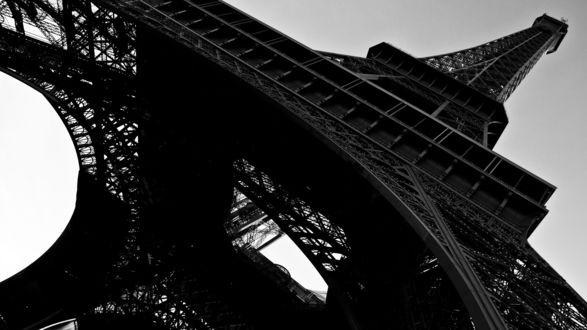 Обои Эйфелева башня, вид снизу