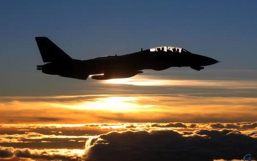 Обои Истребитель F-14 на закате над облаками